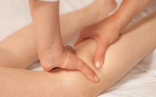массажист разминает ногу